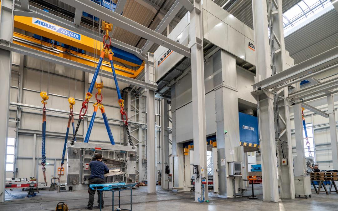 Eine 2000 Tonnen Presse für JoRe Werkzeugbau